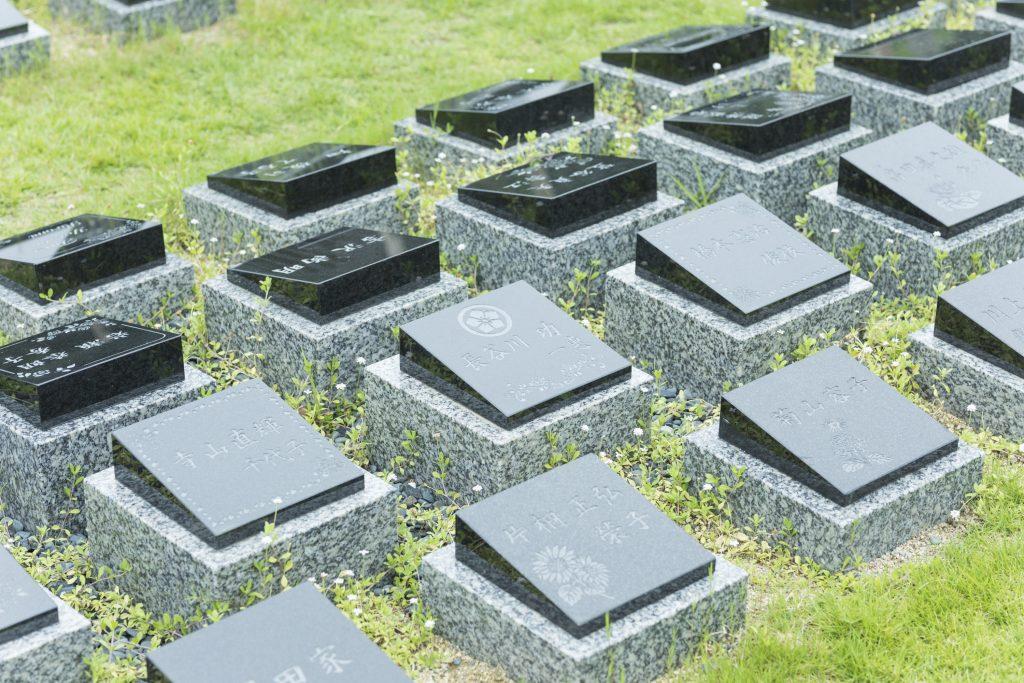 桜下庭園樹木葬 少し立派なプレートのお墓