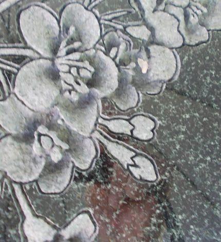 洋風のお墓に花の彫刻:京都天が瀬メモリアル公園