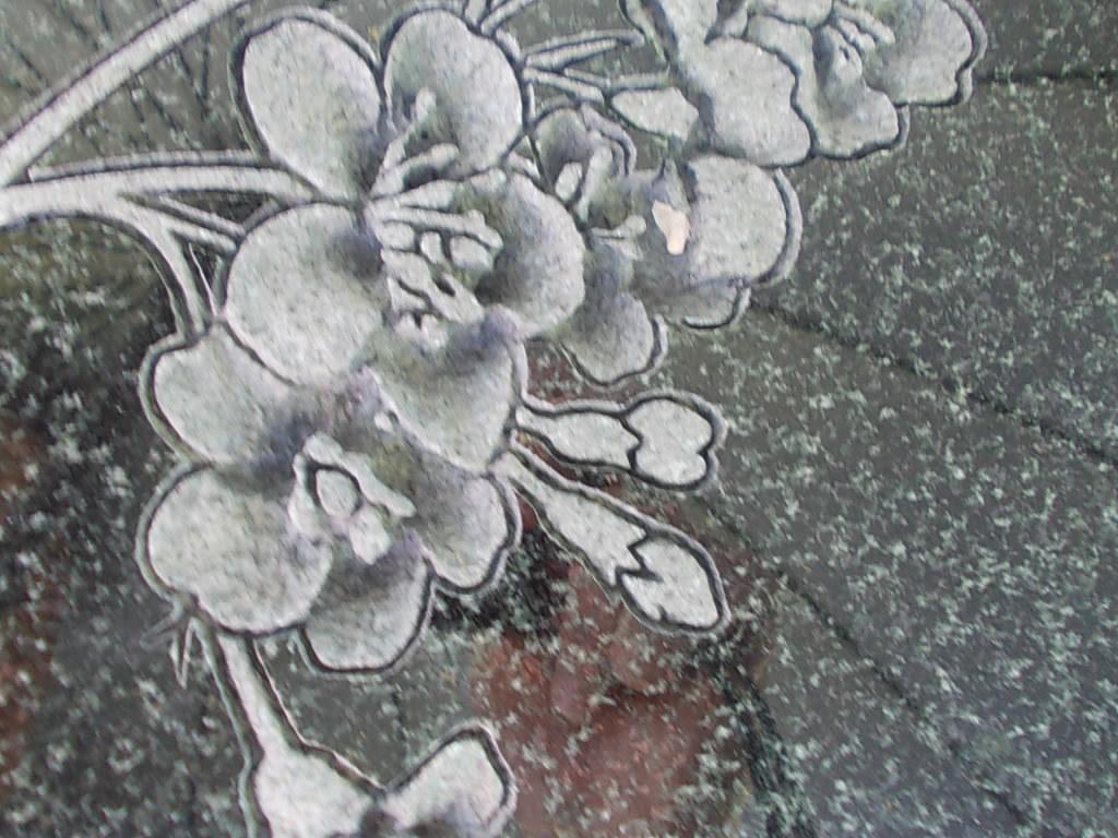 お墓にお花の立体彫刻