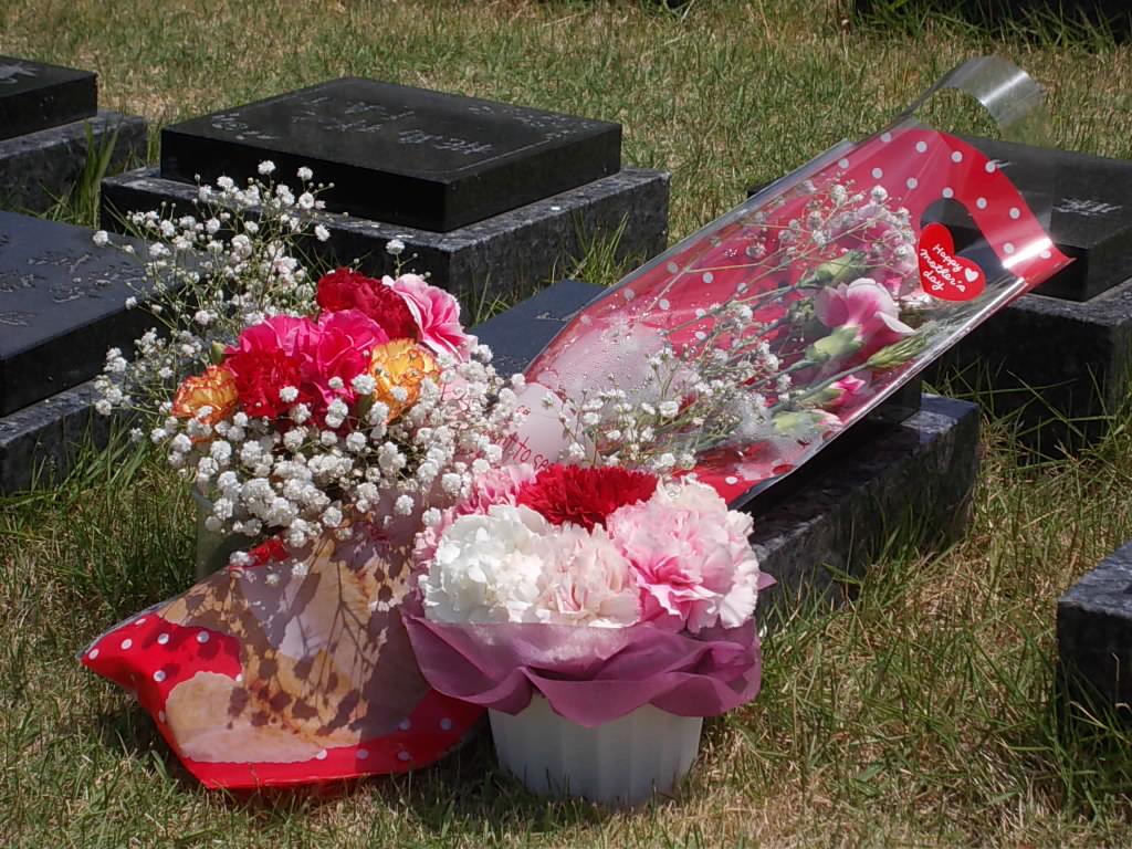 母の日には、カーネーションを持って墓参り